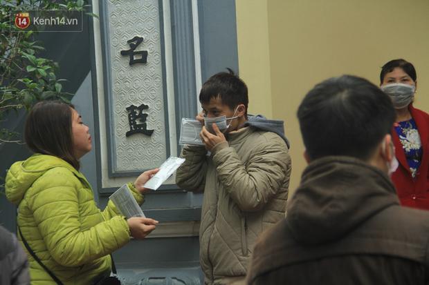Phát miễn phí 75.000 chiếc khẩu trang y tế phòng ngừa đại dịch corona tại Hà Nội, nhiều người từ chối nhận - Ảnh 10.
