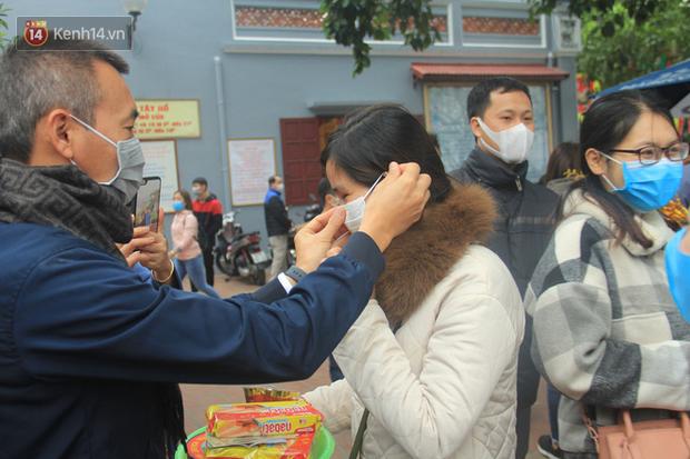 Phát miễn phí 75.000 chiếc khẩu trang y tế phòng ngừa đại dịch corona tại Hà Nội, nhiều người từ chối nhận - Ảnh 12.