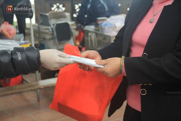 Phát miễn phí 75.000 chiếc khẩu trang y tế phòng ngừa đại dịch corona tại Hà Nội, nhiều người từ chối nhận - Ảnh 7.