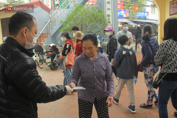Phát miễn phí 75.000 chiếc khẩu trang y tế phòng ngừa đại dịch corona tại Hà Nội, nhiều người từ chối nhận - Ảnh 4.