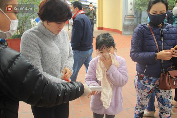 Phát miễn phí 75.000 chiếc khẩu trang y tế phòng ngừa đại dịch corona tại Hà Nội, nhiều người từ chối nhận - Ảnh 8.