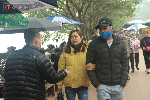 Phát miễn phí 75.000 chiếc khẩu trang y tế phòng ngừa đại dịch corona tại Hà Nội, nhiều người từ chối nhận - Ảnh 16.