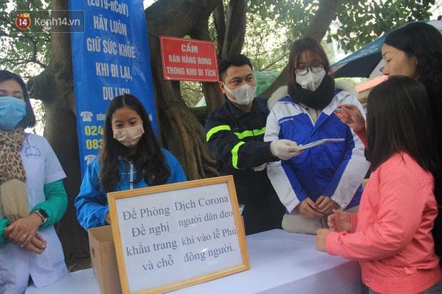 Phát miễn phí 75.000 chiếc khẩu trang y tế phòng ngừa đại dịch corona tại Hà Nội, nhiều người từ chối nhận - Ảnh 3.