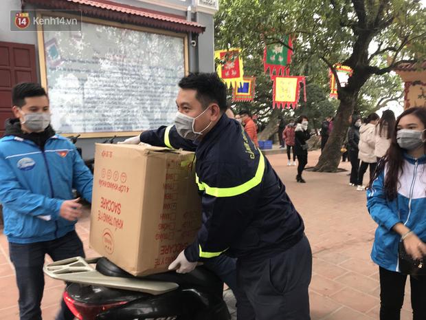Phát miễn phí 75.000 chiếc khẩu trang y tế phòng ngừa đại dịch corona tại Hà Nội, nhiều người từ chối nhận - Ảnh 2.