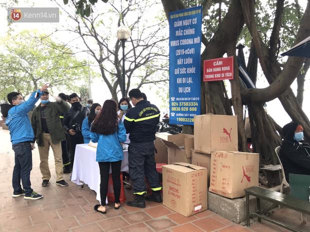 Phát miễn phí 75.000 chiếc khẩu trang y tế phòng ngừa đại dịch corona tại Hà Nội, nhiều người từ chối nhận - Ảnh 1.