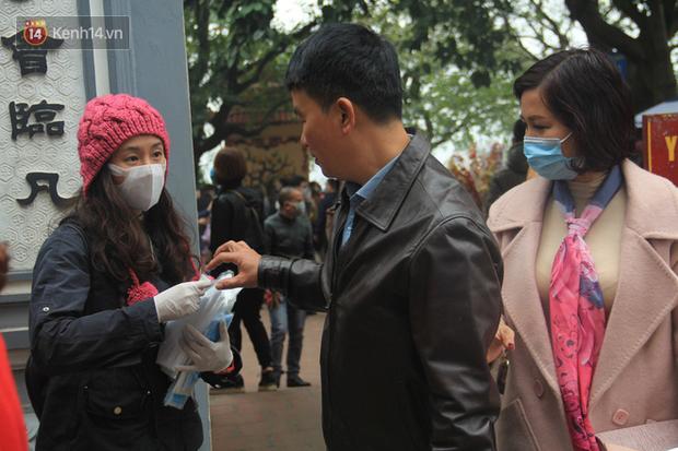 Phát miễn phí 75.000 chiếc khẩu trang y tế phòng ngừa đại dịch corona tại Hà Nội, nhiều người từ chối nhận - Ảnh 5.