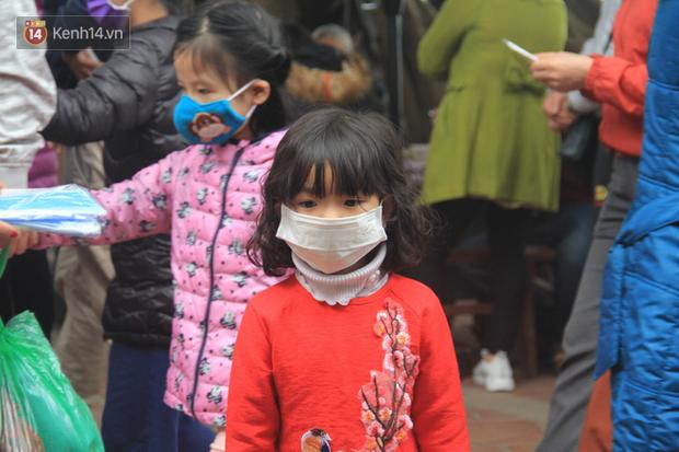 Phát miễn phí 75.000 chiếc khẩu trang y tế phòng ngừa đại dịch corona tại Hà Nội, nhiều người từ chối nhận - Ảnh 9.