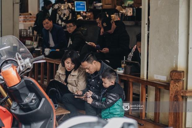 """Giới trẻ dạo phố, cà phê cuối tuần giữa tâm bão dịch bệnh do virus corona: Người khẩu trang """"bất ly thân"""", người vẫn mặc kệ - Ảnh 11."""
