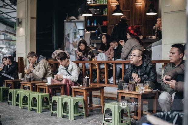 """Giới trẻ dạo phố, cà phê cuối tuần giữa tâm bão dịch bệnh do virus corona: Người khẩu trang """"bất ly thân"""", người vẫn mặc kệ - Ảnh 10."""
