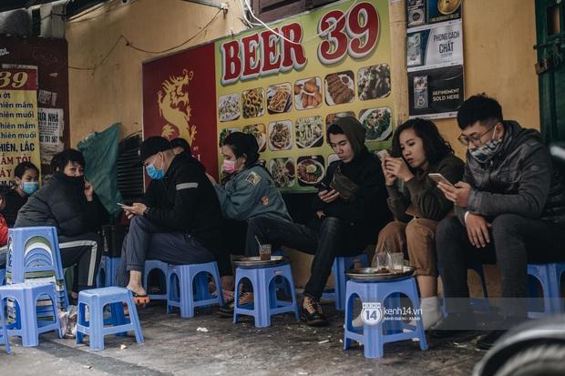 """Giới trẻ dạo phố, cà phê cuối tuần giữa tâm bão dịch bệnh do virus corona: Người khẩu trang """"bất ly thân"""", người vẫn mặc kệ - Ảnh 4."""