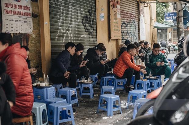 """Giới trẻ dạo phố, cà phê cuối tuần giữa tâm bão dịch bệnh do virus corona: Người khẩu trang """"bất ly thân"""", người vẫn mặc kệ - Ảnh 1."""