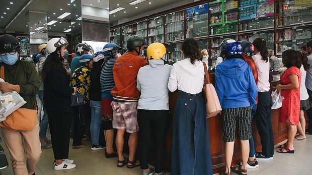 Người Sài Gòn đổ xô đi vét sạch khẩu trang phòng virus corona, một số tiệm thuốc tây ngưng bán để phát miễn phí - Ảnh 10.