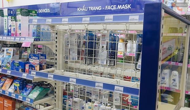 Người Sài Gòn đổ xô đi vét sạch khẩu trang phòng virus corona, một số tiệm thuốc tây ngưng bán để phát miễn phí - Ảnh 8.