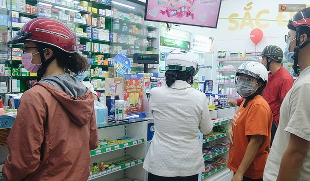 Người Sài Gòn đổ xô đi vét sạch khẩu trang phòng virus corona, một số tiệm thuốc tây ngưng bán để phát miễn phí - Ảnh 9.