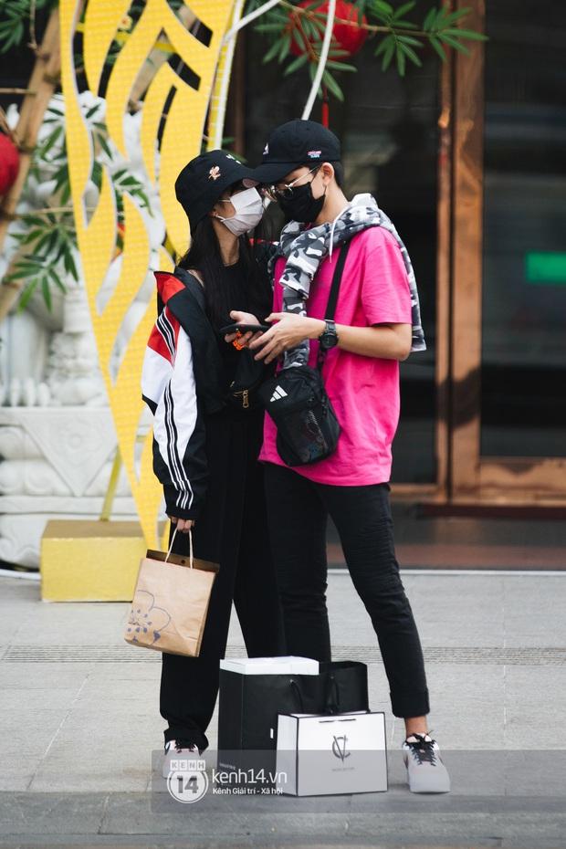 """Giới trẻ dạo phố, cà phê cuối tuần giữa tâm bão dịch bệnh do virus corona: Người khẩu trang """"bất ly thân"""", người vẫn mặc kệ - Ảnh 9."""