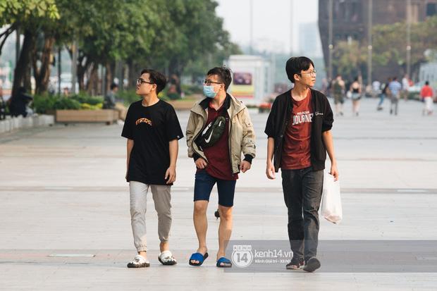 """Giới trẻ dạo phố, cà phê cuối tuần giữa tâm bão dịch bệnh do virus corona: Người khẩu trang """"bất ly thân"""", người vẫn mặc kệ - Ảnh 2."""