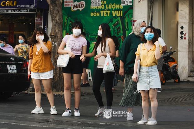 """Giới trẻ dạo phố, cà phê cuối tuần giữa tâm bão dịch bệnh do virus corona: Người khẩu trang """"bất ly thân"""", người vẫn mặc kệ - Ảnh 7."""