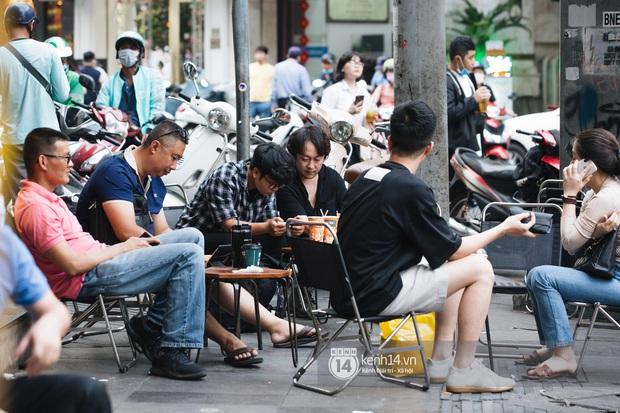 """Giới trẻ dạo phố, cà phê cuối tuần giữa tâm bão dịch bệnh do virus corona: Người khẩu trang """"bất ly thân"""", người vẫn mặc kệ - Ảnh 3."""