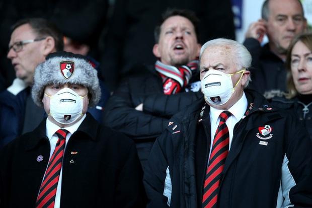 Đeo khẩu trang đến sân vì sợ virus corona, fan của đội bóng Ngoại hạng Anh bị gắn mác ngu ngốc - Ảnh 1.