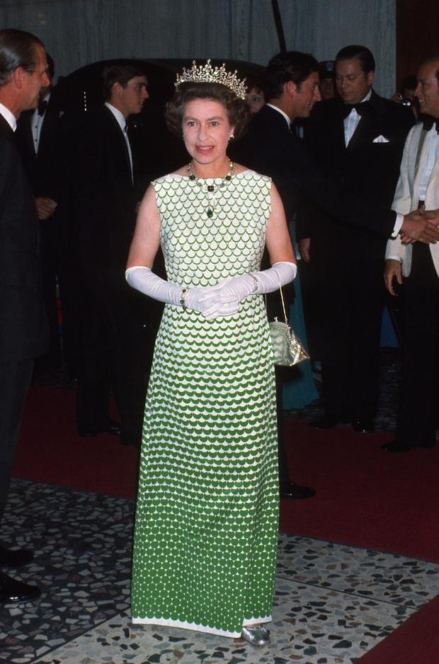 Những bộ váy áo lộng lẫy đi vào lịch sử của Nữ hoàng Anh trước khi bà theo đuổi phong cách sặc sỡ sắc màu - Ảnh 1.