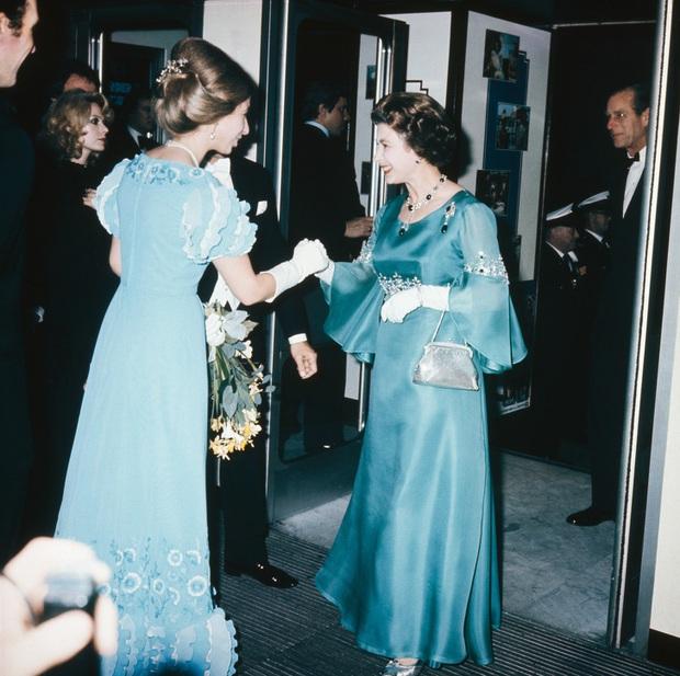 Những bộ váy áo lộng lẫy đi vào lịch sử của Nữ hoàng Anh trước khi bà theo đuổi phong cách sặc sỡ sắc màu - Ảnh 2.
