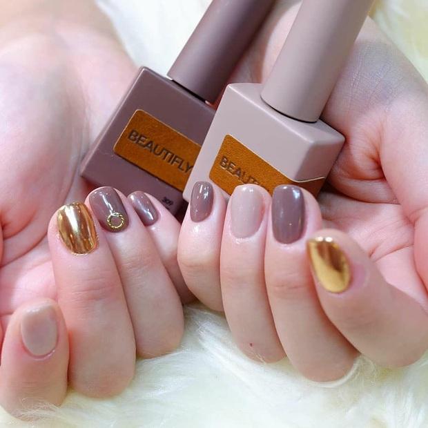 Tham khảo 20 mẫu nail mạ vàng cực đẹp và sang đang rất hot tại Hàn Quốc - Ảnh 1.