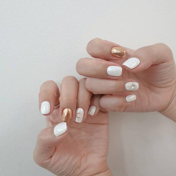 Tham khảo 20 mẫu nail mạ vàng cực đẹp và sang đang rất hot tại Hàn Quốc - Ảnh 2.