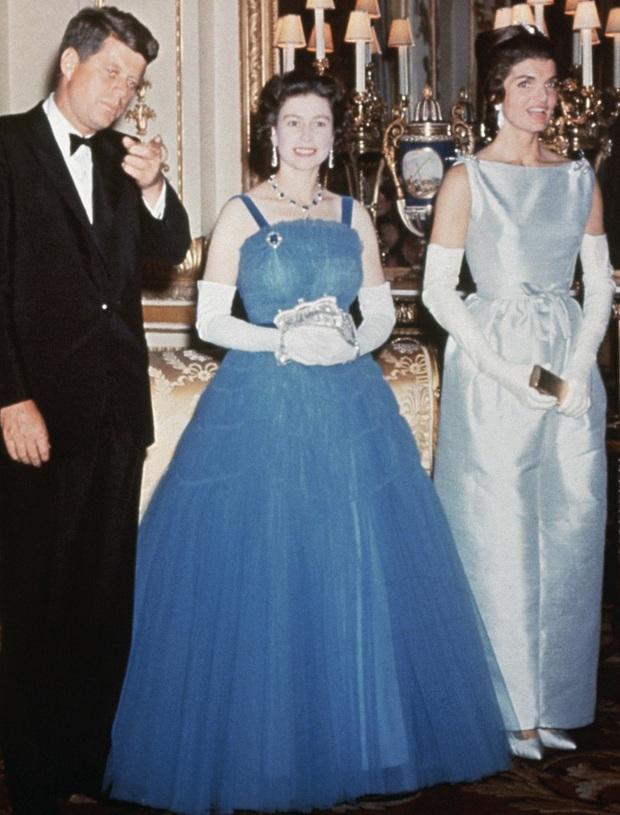 Những bộ váy áo lộng lẫy đi vào lịch sử của Nữ hoàng Anh trước khi bà theo đuổi phong cách sặc sỡ sắc màu - Ảnh 11.