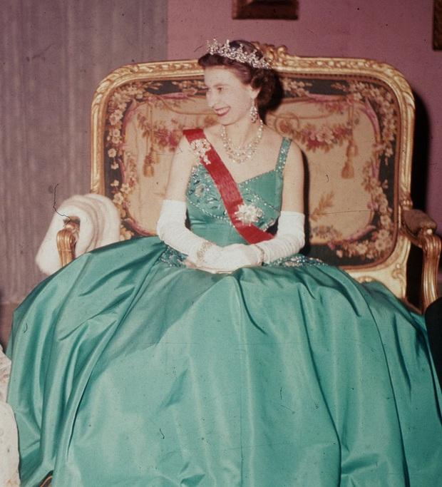 Những bộ váy áo lộng lẫy đi vào lịch sử của Nữ hoàng Anh trước khi bà theo đuổi phong cách sặc sỡ sắc màu - Ảnh 12.