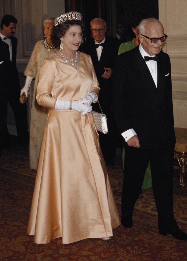 Những bộ váy áo lộng lẫy đi vào lịch sử của Nữ hoàng Anh trước khi bà theo đuổi phong cách sặc sỡ sắc màu - Ảnh 13.