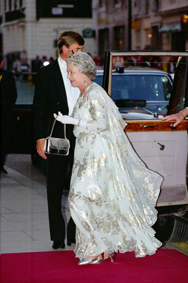 Những bộ váy áo lộng lẫy đi vào lịch sử của Nữ hoàng Anh trước khi bà theo đuổi phong cách sặc sỡ sắc màu - Ảnh 14.