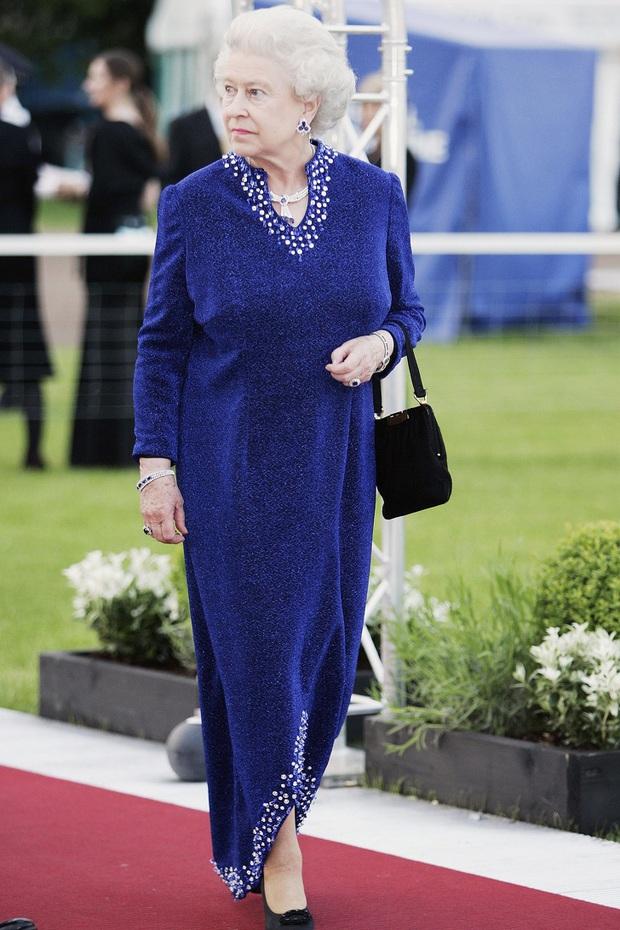 Những bộ váy áo lộng lẫy đi vào lịch sử của Nữ hoàng Anh trước khi bà theo đuổi phong cách sặc sỡ sắc màu - Ảnh 15.
