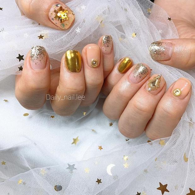 Tham khảo 20 mẫu nail mạ vàng cực đẹp và sang đang rất hot tại Hàn Quốc - Ảnh 15.