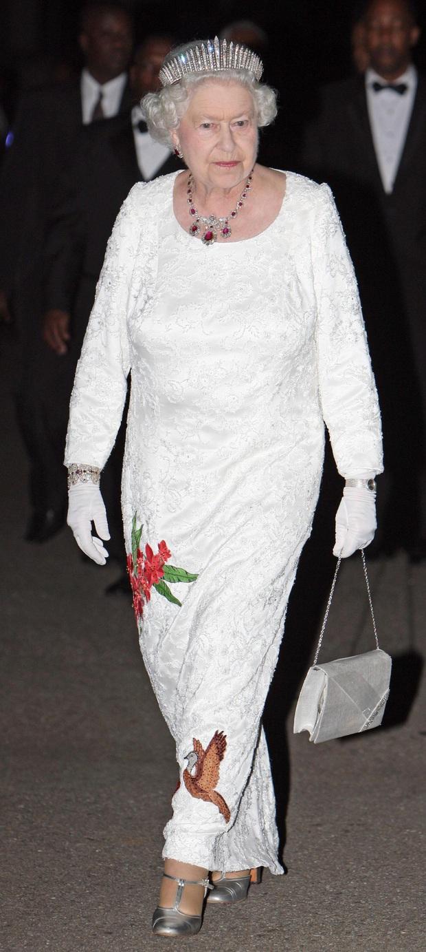 Những bộ váy áo lộng lẫy đi vào lịch sử của Nữ hoàng Anh trước khi bà theo đuổi phong cách sặc sỡ sắc màu - Ảnh 16.