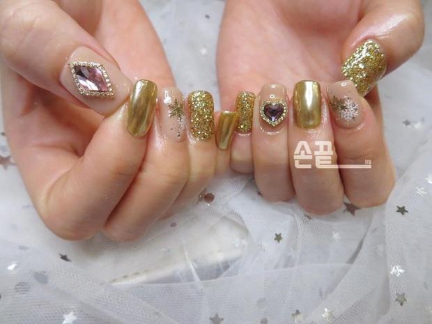 Tham khảo 20 mẫu nail mạ vàng cực đẹp và sang đang rất hot tại Hàn Quốc - Ảnh 16.