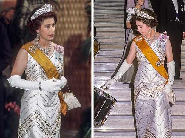 Những bộ váy áo lộng lẫy đi vào lịch sử của Nữ hoàng Anh trước khi bà theo đuổi phong cách sặc sỡ sắc màu - Ảnh 3.