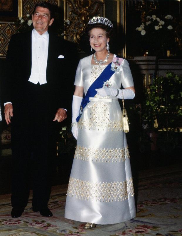 Những bộ váy áo lộng lẫy đi vào lịch sử của Nữ hoàng Anh trước khi bà theo đuổi phong cách sặc sỡ sắc màu - Ảnh 5.