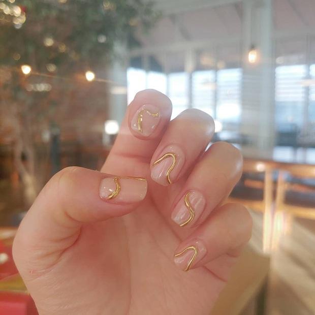 Tham khảo 20 mẫu nail mạ vàng cực đẹp và sang đang rất hot tại Hàn Quốc - Ảnh 5.