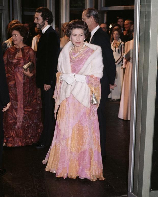 Những bộ váy áo lộng lẫy đi vào lịch sử của Nữ hoàng Anh trước khi bà theo đuổi phong cách sặc sỡ sắc màu - Ảnh 6.