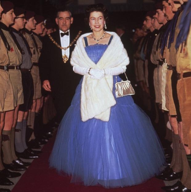 Những bộ váy áo lộng lẫy đi vào lịch sử của Nữ hoàng Anh trước khi bà theo đuổi phong cách sặc sỡ sắc màu - Ảnh 7.
