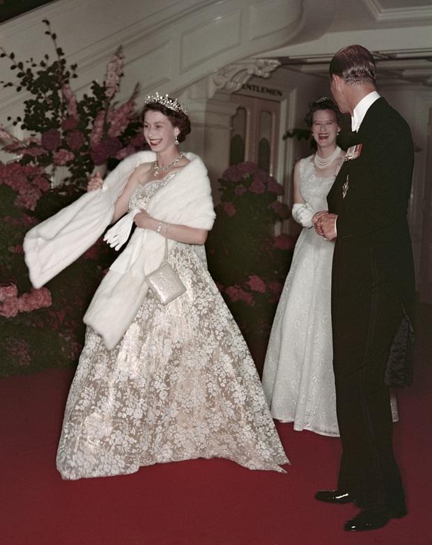 Những bộ váy áo lộng lẫy đi vào lịch sử của Nữ hoàng Anh trước khi bà theo đuổi phong cách sặc sỡ sắc màu - Ảnh 8.