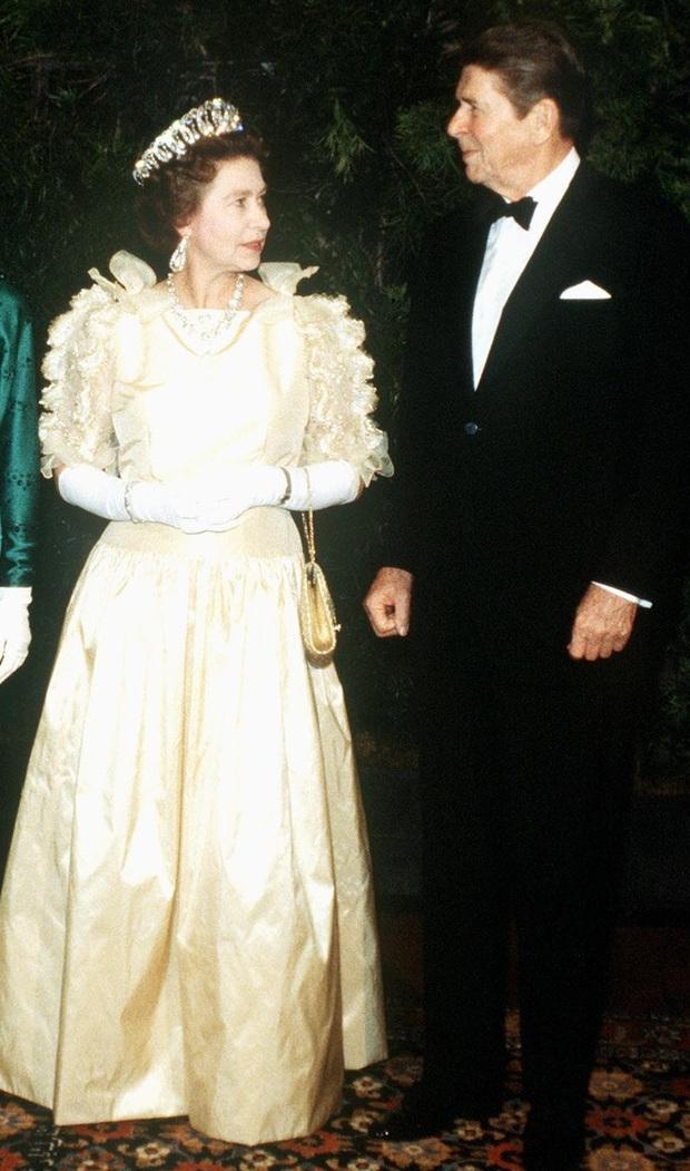 Những bộ váy áo lộng lẫy đi vào lịch sử của Nữ hoàng Anh trước khi bà theo đuổi phong cách sặc sỡ sắc màu - Ảnh 9.