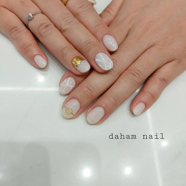 Tham khảo 20 mẫu nail mạ vàng cực đẹp và sang đang rất hot tại Hàn Quốc - Ảnh 9.