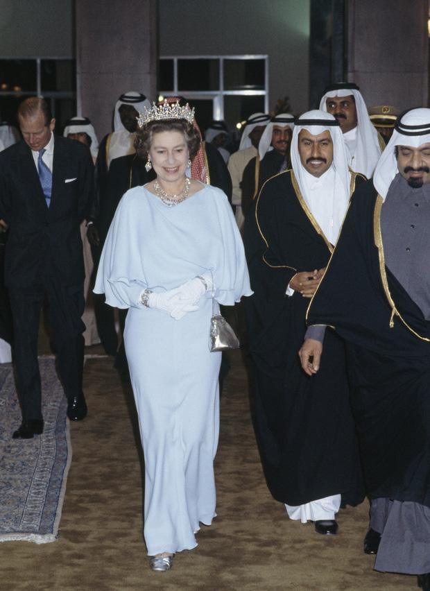 Những bộ váy áo lộng lẫy đi vào lịch sử của Nữ hoàng Anh trước khi bà theo đuổi phong cách sặc sỡ sắc màu - Ảnh 10.