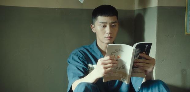 Ở Parasite Park Seo Joon biệt tăm sau khi khoe đi du học, vậy mà đến Tầng Lớp Itaewon vừa mở mắt đã thành tù nhân, ủa? - Ảnh 7.