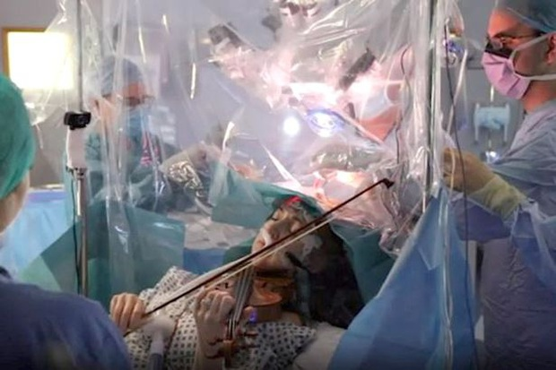 Sợ không còn cơ hội tiếp tục đam mê, nữ nghệ sĩ cố gắng chơi đàn violin ngay trong lúc phẫu thuật bỏ khối u não - Ảnh 2.