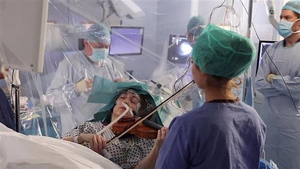 Tỉnh bơ gảy đàn violin khi bác sĩ đang phẫu thuật não, bệnh nhân này đã chứng minh phim ảnh không hề giỡn chơi - Ảnh 2.