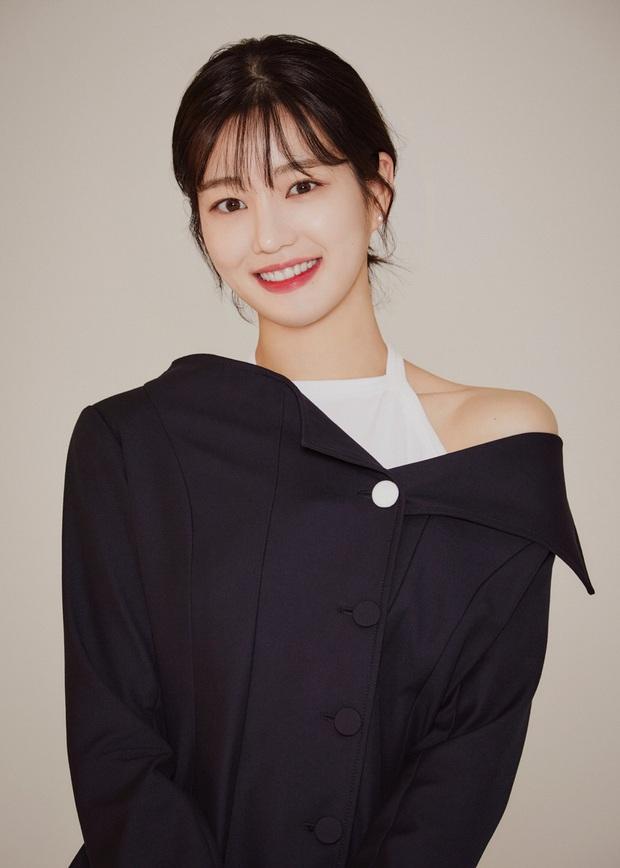 Ái nữ nhà Mama Chuê diện đồng phục gây choáng: Em gái Song Joong Ki nay đã 30 tuổi nhưng sao như học sinh thế này? - Ảnh 13.