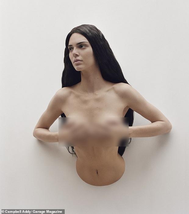 Sau bộ hình nude 100%, Kendall Jenner lại cởi trần nóng mắt nhưng cách tạo dáng lần này đúng là lạ đến mức gây sốc - Ảnh 2.