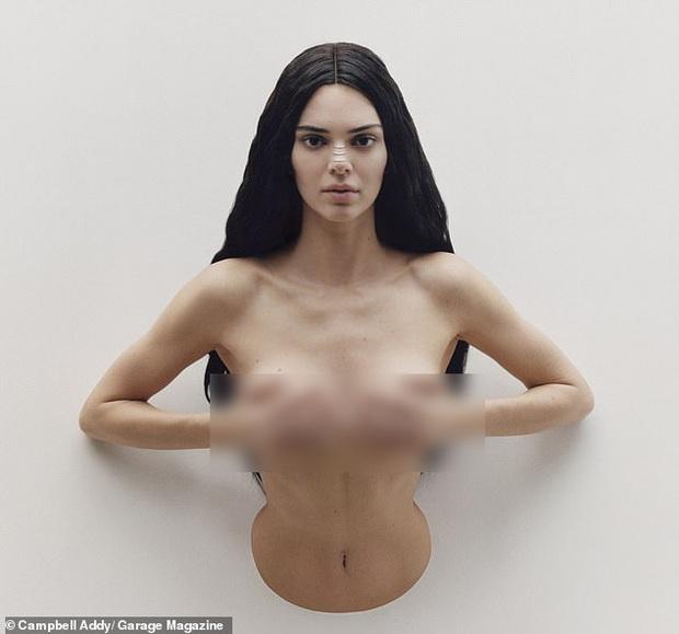 Sau bộ hình nude 100%, Kendall Jenner lại cởi trần nóng mắt nhưng cách tạo dáng lần này đúng là lạ đến mức gây sốc - Ảnh 1.